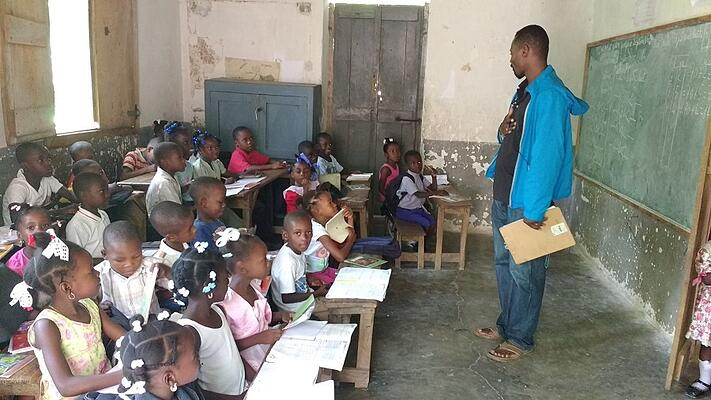 Felix_addresses_class_at_Riviere_Mancelle_school.jpg